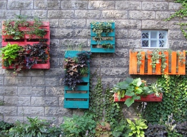 Make a beautiful garden with colorful pallets diy pallet for Creating a beautiful garden