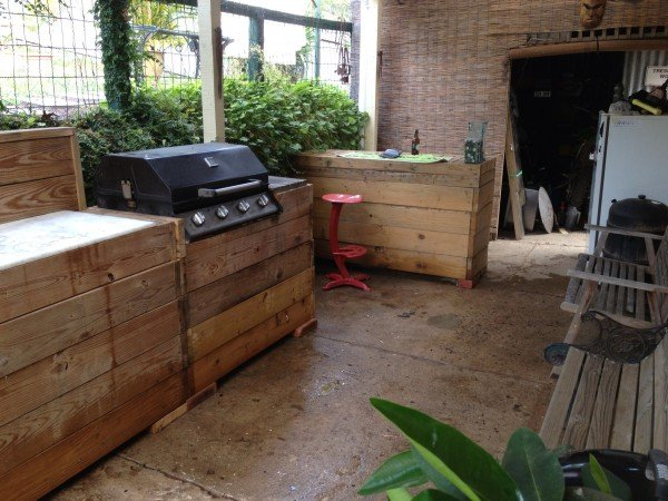 Outdoor kitchen made from pallets diy pallet ideas for Pallet kitchen ideas